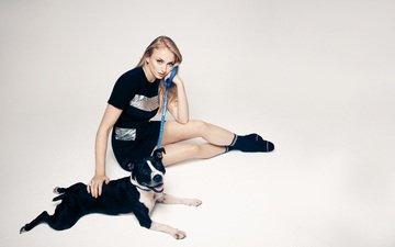 платье, поза, мордочка, взгляд, собака, актриса, сидя, софи тернер