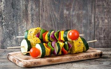 доска, кукуруза, овощи, помидоры, шашлык, перец, кабачки, деревянная поверхность
