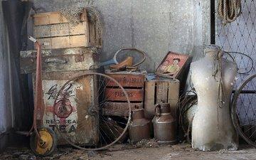 фон, колеса, сеть, ракетка, хлам, чемодан, ящики, бидон, барахло, самокат