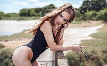 девушка, портрет, взгляд, модель, ножки, волосы, лицо, купальник, позирует, в белье, солнцезащитные очки