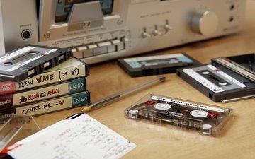 стол, магнитофон, кассеты, магнитола