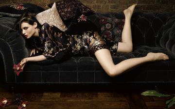 цветы, девушка, подушки, взгляд, модель, певица, диван, ди-джей, шатенка, софи эллис-бекстор