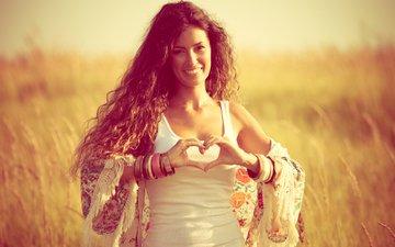 девушка, улыбка, поле, сердечко, взгляд, модель, любовь, волосы, лицо, браслеты, шатенка