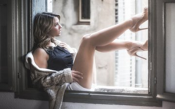 девушка, блондинка, модель, ножки, окно, свитер, шорты, сидя, высокие каблуки