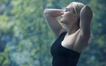 девушка, блондинка, черное платье, кейт винслет, закрытые глаза, руки на голове