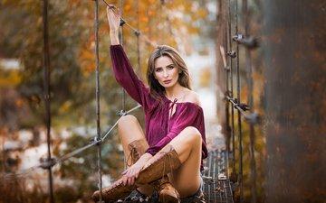 девушка, взгляд, модель, ножки, волосы, лицо, сапоги, шорты, шатенка