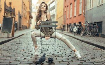 девушка, стул, улица, модель, птицы, сидит, джинсы, ноги, кроссовки, голуби, светлана грабенко, голое плечо