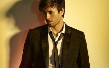 тень, костюм, мужчина, певец, галстук, энрике иглесиас