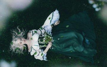 цветы, девушка, фон, платье, блондинка, лежит, волосы, лицо, темнота, закрытые глаза