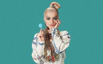 украшения, фон, поза, блондинка, портрет, взгляд, певица, наряд, макияж, прическа, чупа-чупс, bebe rexha, биби рекса