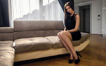 девушка, брюнетка, модель, каблуки, диван, черное платье, kenji's shotbook