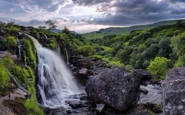 облака, деревья, горы, камни, зелень, ручей, поля, водопад, шотландия, stirlingshire