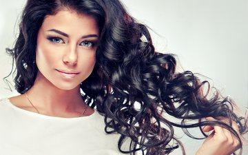 девушка, улыбка, портрет, брюнетка, взгляд, модель, кудри, лицо, макияж, прическа, длинные волосы