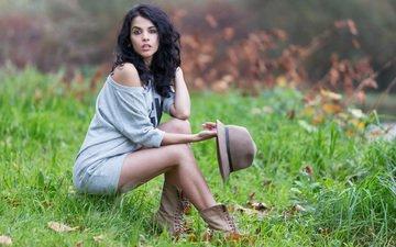 трава, девушка, брюнетка, взгляд, модель, ножки, шляпа
