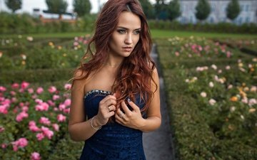 цветы, девушка, платье, портрет, сад, рыжая, модель, губы, лицо, зеленые глаза, рот, длинные волосы, боке, голые плечи, волнистые волосы
