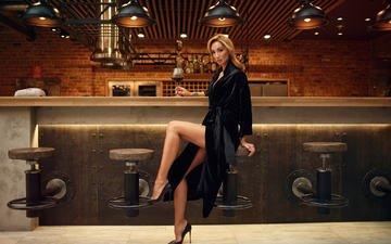 девушка, блондинка, модель, бокал, бар, ножки, вино, сидя, высокие каблуки