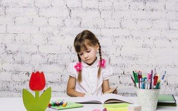 книги, учеба, карандаши, дети, девочка, ребенок, школьница, косички, фламастеры, уроки