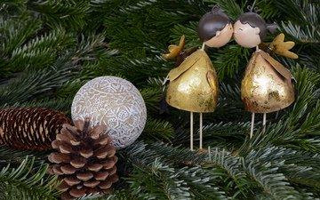новый год, елка, хвоя, ветки, ангелы, шар, фигурки, рождество, шишки, поцелуй, елочные украшения