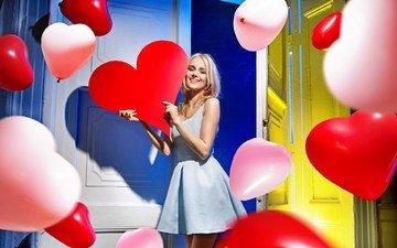 шары, девушка, платье, блондинка, улыбка, взгляд, сердце, лицо, воздушные шарики, водушные шарики
