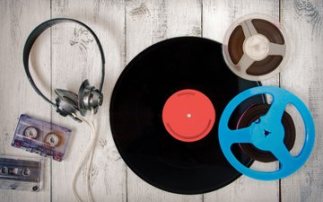 винтаж, ретро, музыка, наушники, винил, пластинка, кассеты, деревянная поверхность