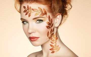 глаза, листья, фон, портрет, рыжая, модель, губы, лицо, прическа, ресницы, красная помада, фотосессия, голые плечи, боди-арт
