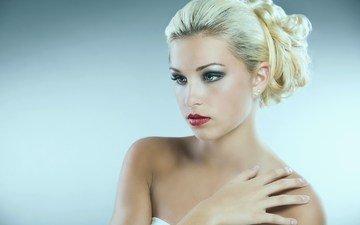 девушка, блондинка, взгляд, волосы, лицо, макияж, прическа, голые плечи
