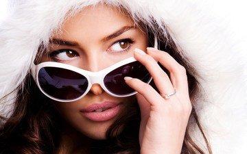 рука, девушка, фон, взгляд, очки, модель, кольцо, волосы, лицо, капюшон