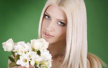 девушка, блондинка, розы, взгляд, волосы, букет, лицо, макияж, фрезия