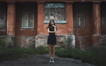 трава, девушка, взгляд, кеды, улица, модель, дом, окна, носки, черное платье, шатенка, решетки, жанна худякова, иван копчёнов