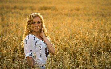девушка, блондинка, улыбка, поле, взгляд, модель, колосья, пшеница, лицо