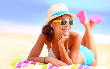 das meer, lächeln, sand, strand, punkte, beine, hut, urlaub, bikini, liegend, sonnenbrillen, шпяпа