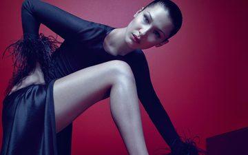 девушка, брюнетка, взгляд, модель, ножки, лицо, черное платье, красный фон, белла хадид