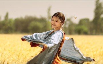 девушка, улыбка, взгляд, фильм, волосы, лицо, актриса, болливуд, аннушка шарма, сари, phillauri