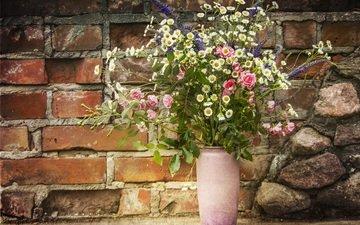 цветы, розы, ромашки, букет, ваза, кирпичная стена