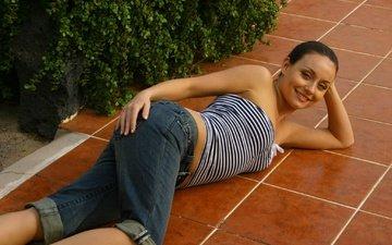 девушка, улыбка, взгляд, модель, джинсы, волосы, лицо, позирует, лежа, carla brown