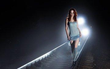 ночь, огни, железная дорога, рельсы, девушка, платье, взгляд, рыжая, модель, поезд, волосы, лицо