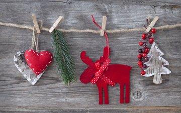 новый год, олень, украшения, хвоя, сердце, игрушки, ягоды, рождество, ёлочка, нитки, прищепка, деревянная поверхность