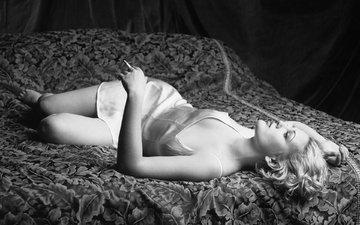 девушка, чёрно-белое, модель, актриса, сигарета, постель, дрю бэрримор, firooz zahedi