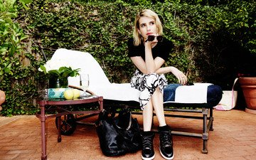 девушка, блондинка, взгляд, очки, волосы, лицо, актриса, бренд, столик, фотосессия, сумка, эмма робертс, jimmy choo