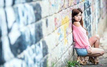 девушка, взгляд, стена, модель, волосы, лицо, граффити, азиатка, шорты, сидя