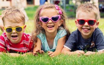 трава, улыбка, взгляд, очки, дети, радость, девочка, лицо, лужайка, мальчики