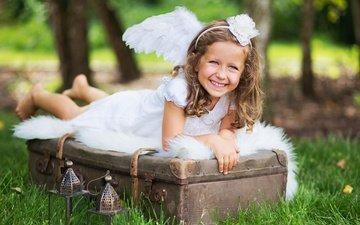 трава, настроение, платье, улыбка, крылья, дети, радость, девочка, ангел, фонарики, чемодан