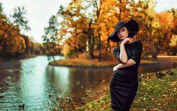 деревья, река, стиль, девушка, взгляд, осень, волосы, лицо, шляпа, черное платье
