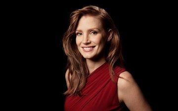 девушка, улыбка, взгляд, рыжая, волосы, черный фон, лицо, актриса, джессика частейн
