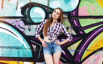 девушка, поза, взгляд, стена, модель, волосы, лицо, фигура, граффити, рубашка, джинсовые шорты