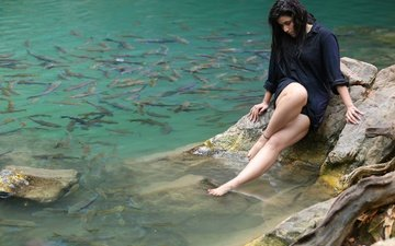 вода, девушка, поза, взгляд, рыбки, ножки, волосы, лицо, актриса, индийская, маннара чопра, mannara chopra