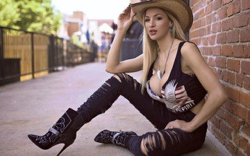 девушка, стена, модель, джинсы, ножки, шляпа, декольте, сидя, джордан карвер