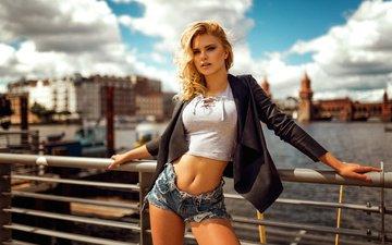 девушка, блондинка, взгляд, модель, ограждение, ножки, волосы, лицо, животик, джинсовые шорты, carla, миро hofmann