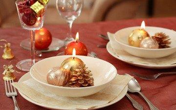 свечи, новый год, игрушки, рождество, шишки, елочные игрушки, сервировка, столовые приборы, новогодний стол