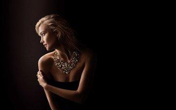 девушка, блондинка, модель, профиль, черный фон, ожерелье, знаменитость, голые плечи, карли клосс, looking away